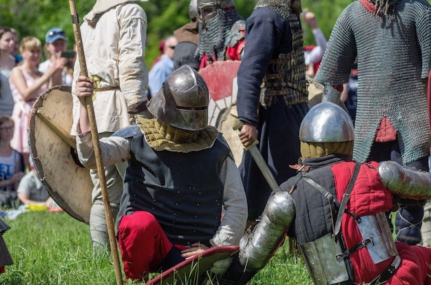 Guerreiros medievais fortemente armados