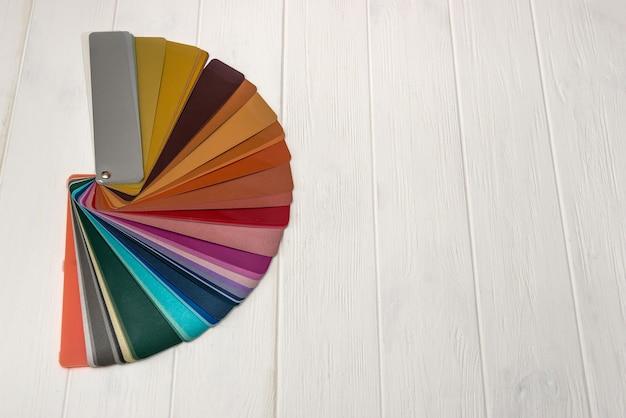Guia de cores em listras na parede de madeira clara