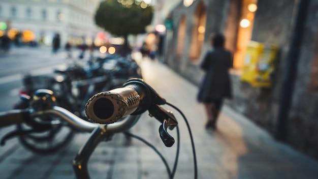 Guidão de metal antigo estacionamento bicicleta