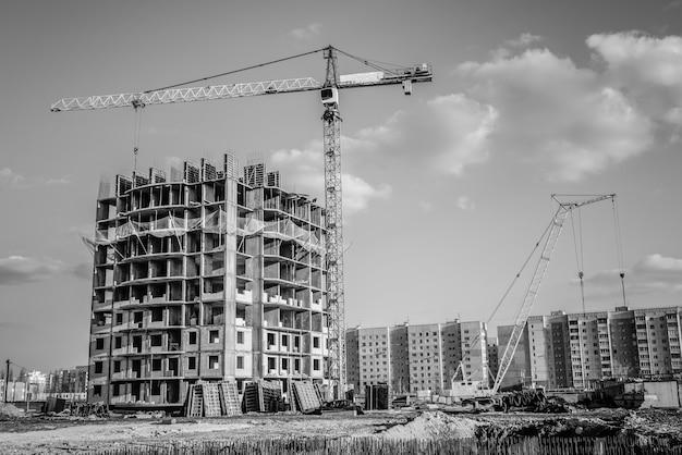 Guindaste de construção e construção de casas