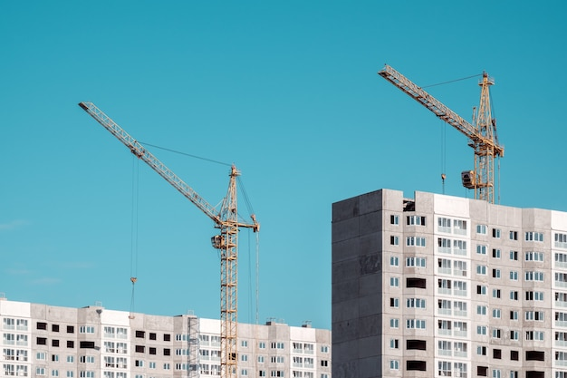 Guindaste de construção e edifícios em construção