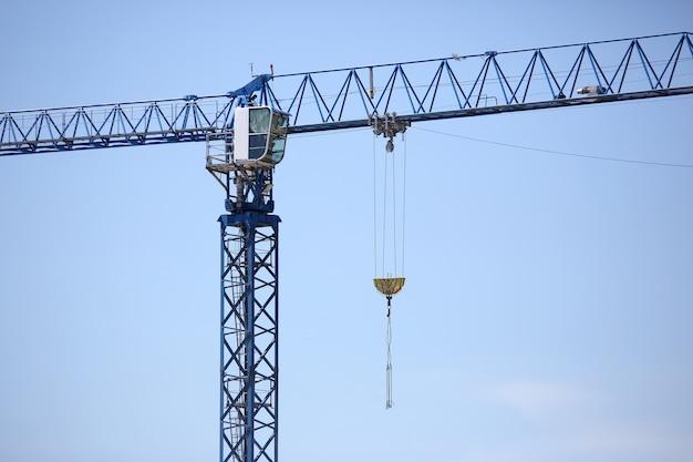 Guindaste de construção industrial no céu