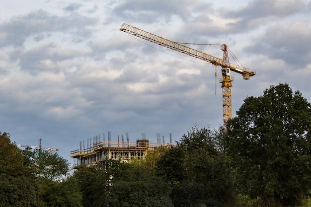 Guindaste de construção no céu nublado