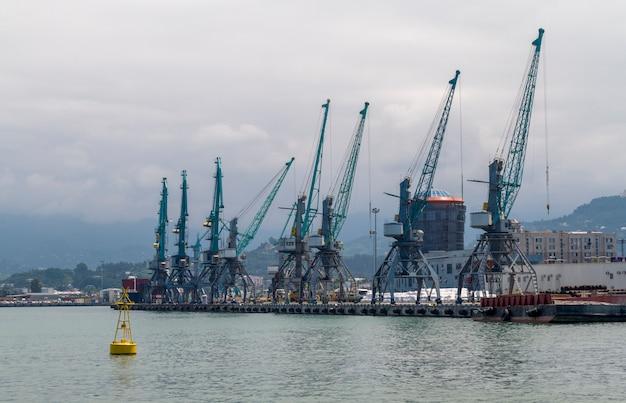 Guindaste de contêineres portuários no mar negro