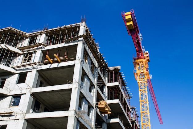 Guindaste de içamento e novo prédio de vários andares