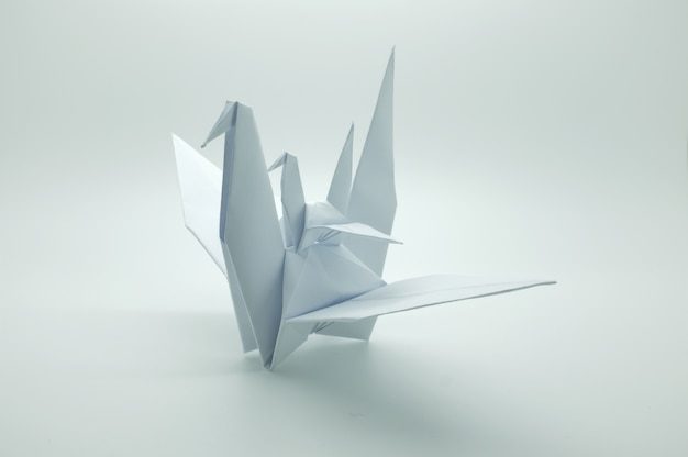 Guindaste de origami branco, pássaro, papel