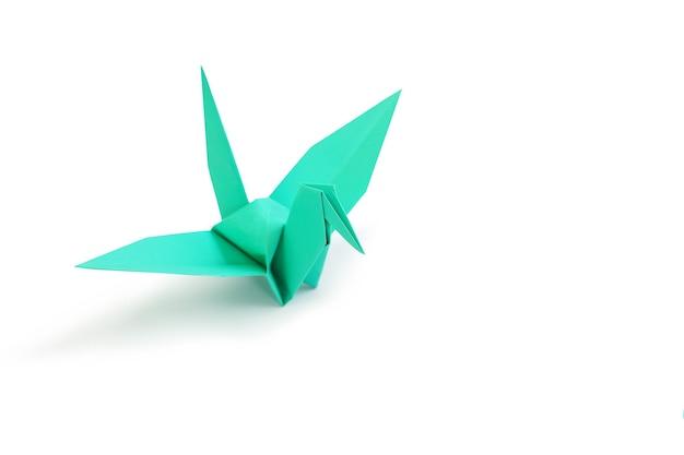 Guindaste de origami isolado sobre fundo branco do estúdio