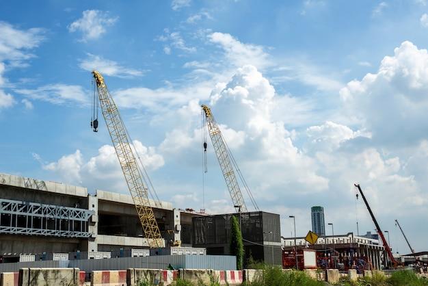 Guindaste e construção civil e céu azul