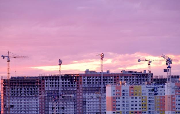 Guindaste e construção de silhuetas ao nascer do sol