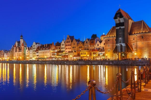 Guindaste portuário e portão da cidade zuraw, gdansk, polônia