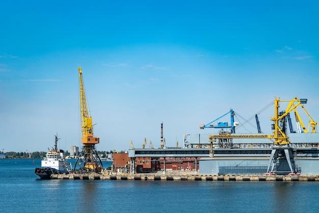 Guindaste portuário no porto. negócio de logística.