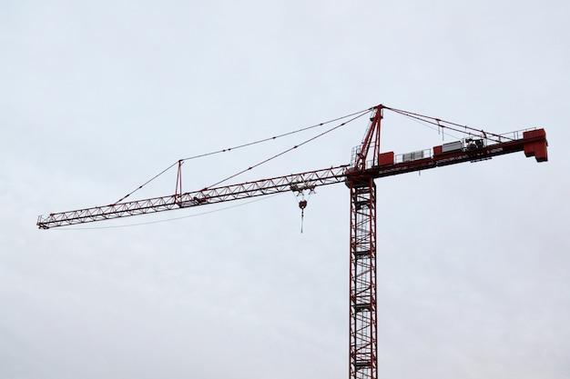 Guindastes de construção de torre no céu branco