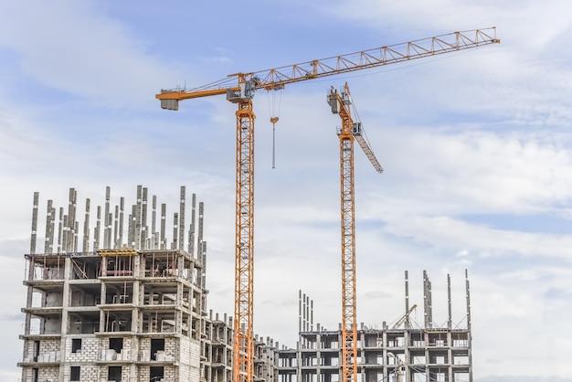 Guindastes de içamento e construção de novos apartamentos