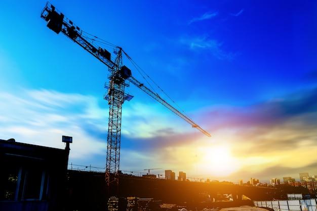 Guindastes de torre, arranha-céus em canteiros de obras