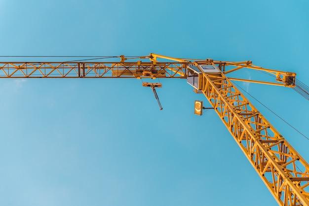 Guindastes de torre em um canteiro de obras