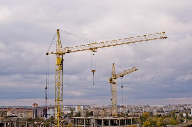 Guindastes de torre em uma construção