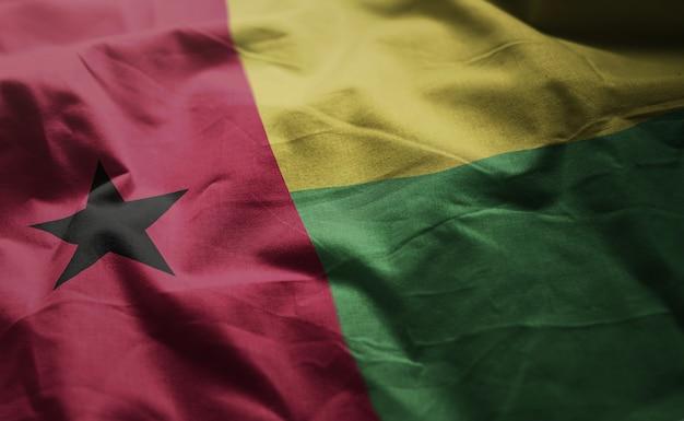 Guiné-bissau bandeira amarrotada close up