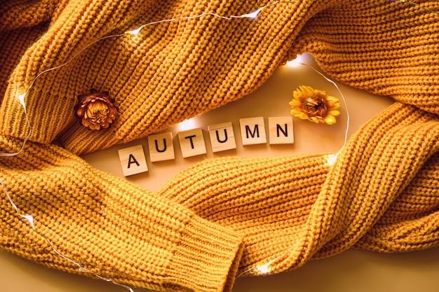 Guirlanda brilhante em um suéter de malha amarela