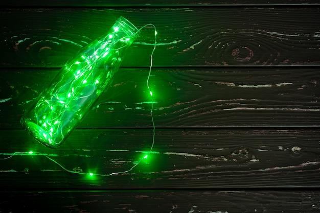 Guirlanda com elementos de luz verde no escuro de perto