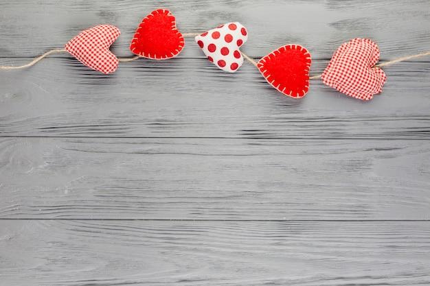 Guirlanda de brinquedos de pelúcia em forma de coração