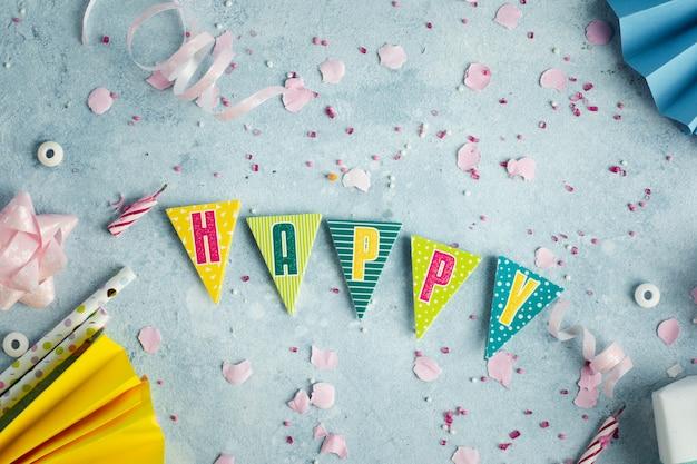 Guirlanda de feliz aniversário com fita e canudos