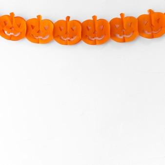 Guirlanda de halloween de papel na parede branca