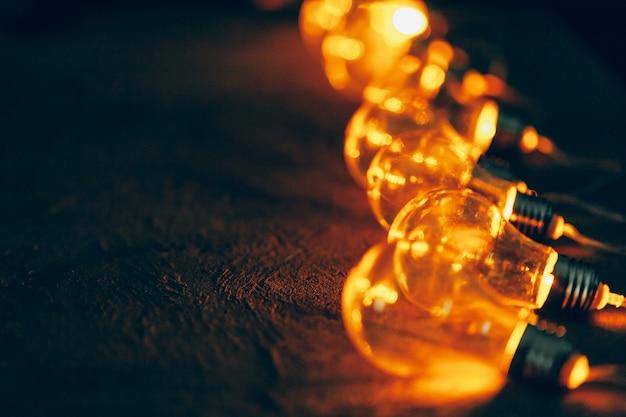 Guirlanda de lâmpadas fechar no escuro