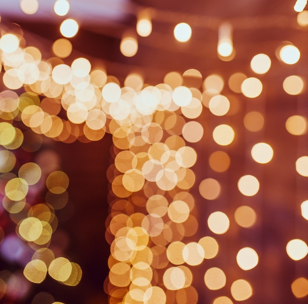 Guirlanda de luzes amarelas aconchegantes com bokeh