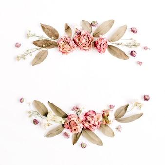 Guirlanda de moldura redonda com rosas, botões de flores rosa, galhos e folhas secas isoladas na superfície branca