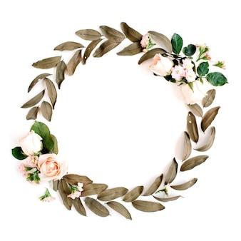 Guirlanda de moldura redonda com rosas e folhas secas isoladas em branco