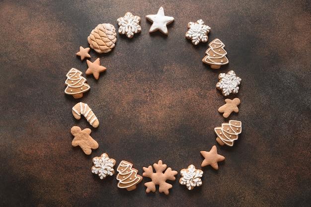 Guirlanda de natal com biscoitos variados, canela, anis, bagas, laranja, chips, ramos de abeto