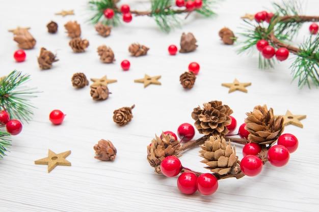 Guirlanda de natal com decoração vermelha e ramos de abeto