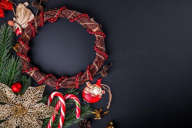 Guirlanda de natal com decoração.