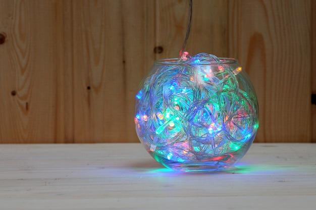 Guirlanda de natal de lâmpadas multicoloridas em um aquário de vidro