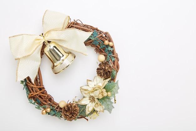 Guirlanda de natal de ouro com decorações