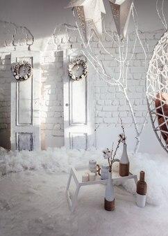 Guirlanda de natal em fundo de madeira. decoração de natal, decorações artesanais de ano novo. interior luxuoso de ano novo.