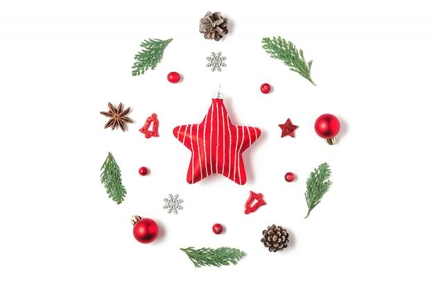 Guirlanda de natal feita de galhos de árvore do abeto, decorações vermelhas, bagas, pinhas com estrela vermelha