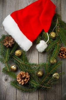 Guirlanda de natal feita de galhos de árvores de natal e brinquedos antigos de ano novo