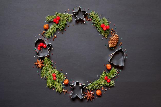 Guirlanda de natal feita de moldes para biscoitos, especiarias e uma árvore de natal