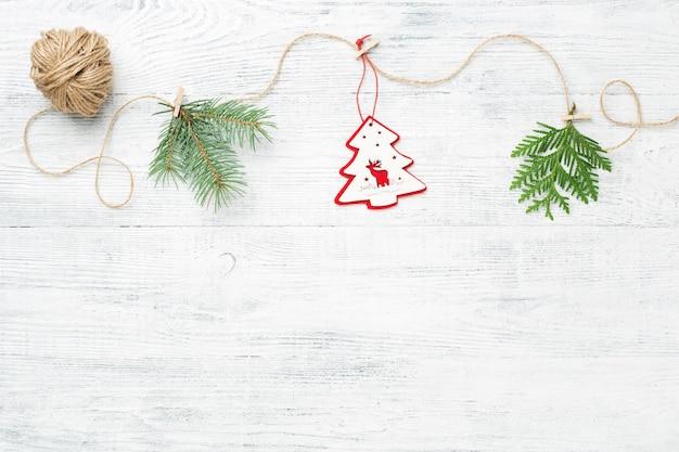Guirlanda de natal. galhos de árvores coníferas em branco de madeira