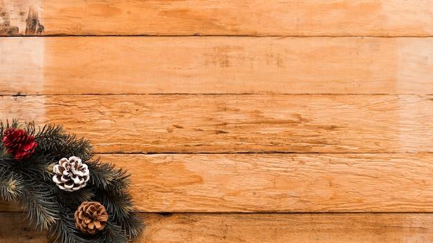 Guirlanda de natal na mesa de madeira