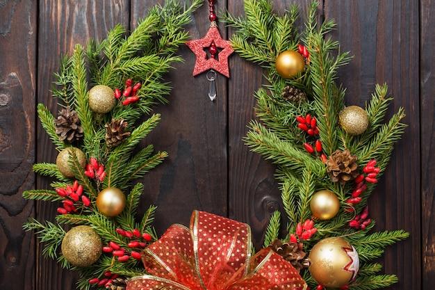 Guirlanda de natal na porta de madeira escura
