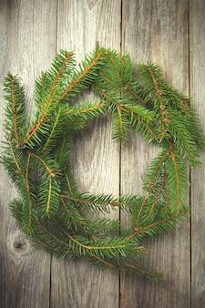 Guirlanda de natal simples feita de ramos de pinheiro