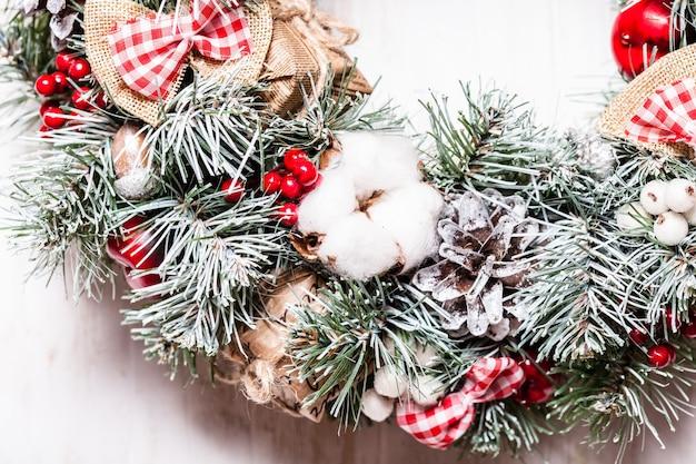 Guirlanda de natal vermelha e branca com laços e flores de algodão