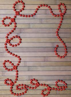 Guirlanda de natal vermelha em velhas tábuas de madeira