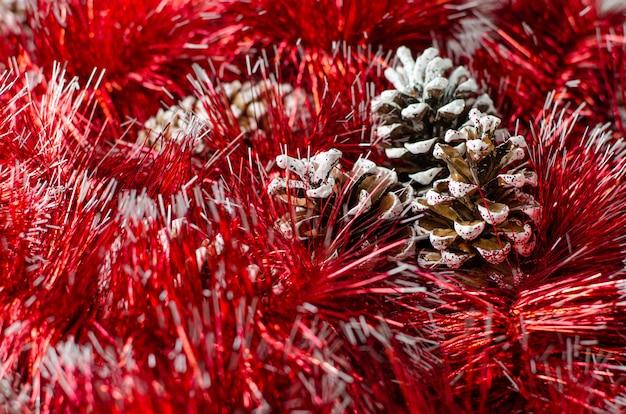 Guirlanda de natal vermelho e fundo de pinhas