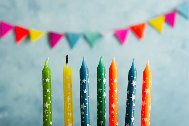 Guirlanda desfocada com velas de aniversário multicolorida