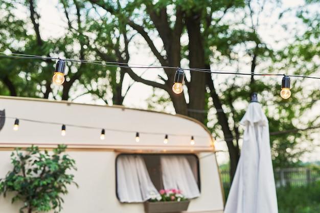 Guirlanda e janela em uma casa móvel