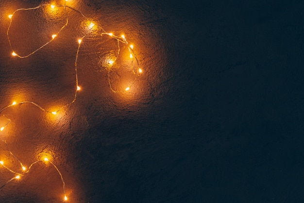 Guirlanda iluminada luz quente fechar no escuro