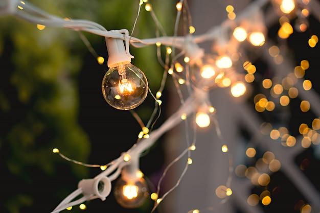 Guirlandas brilhantes de lâmpadas